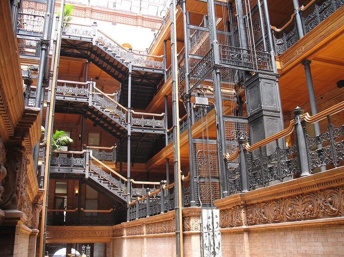 Например, эти лестницы и атриум внутри Брэдбери-Билдинг в Лос-Анджелес, Калифорния. Архитекторы: Джордж Вайман и Самнер Хант. Здание было построено в 1893 году.