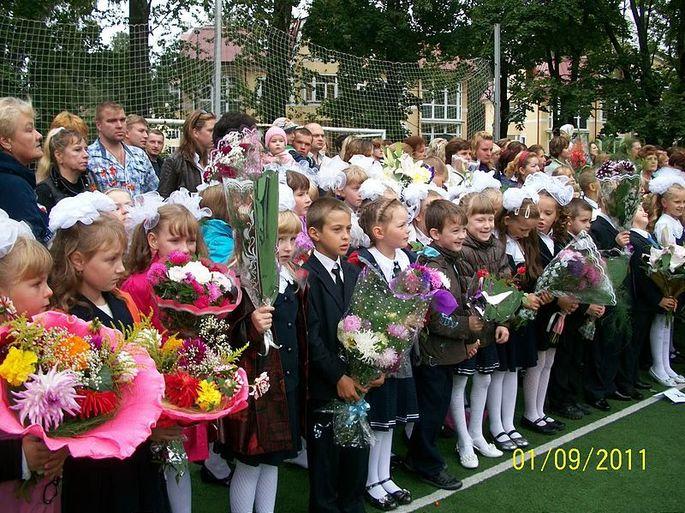 линейка 1 сентября, день знаний фото дети с цветами на линейке и родители сзади