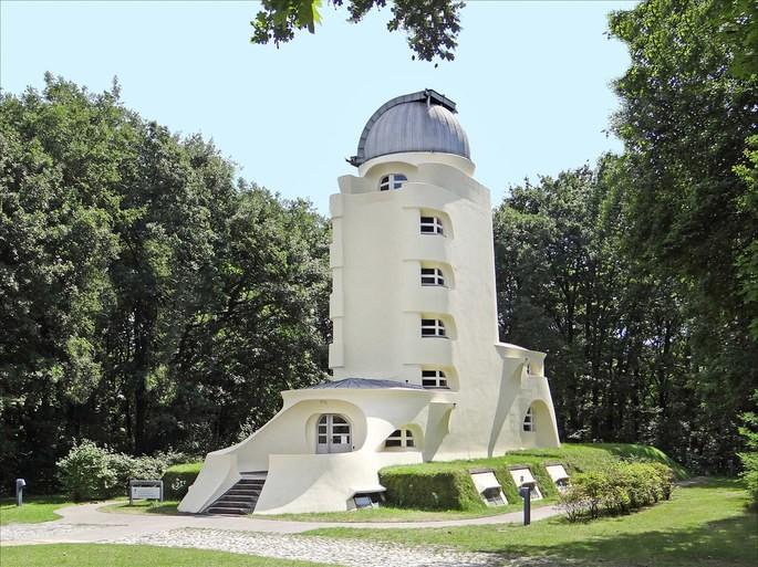 Как пример здания в этом стиле можно назвать 'Башню Эйнштейна', архитектор Эрих Мендельсон, строительство 1919–1921 гг.