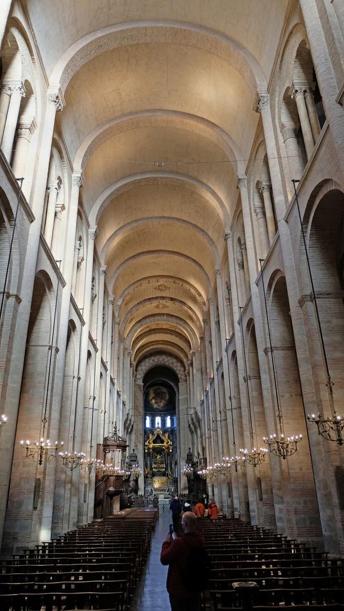 Внутреннее помещение в Базилике Сен-Сернен в Тулузе, Франция со скамьями для молитвы и алтарём