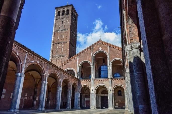 Внутренний двор Базилики Святого Амвросия в Милане, Италия