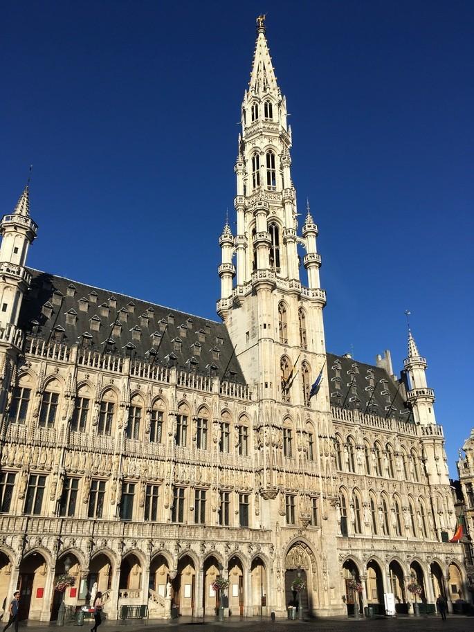 Брюссельская ратуша в Бельгии на фоне голубого неба