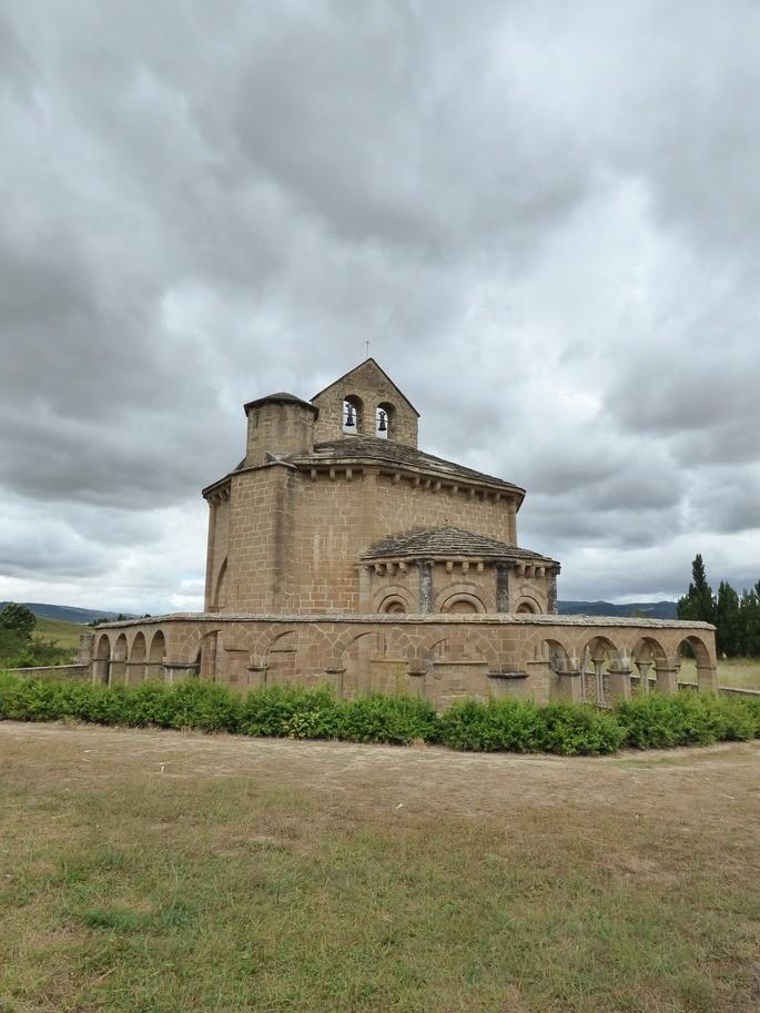 Церковь святой Марии Евнатской на севере Испании, расположенная на лугу на фоне гор и серого неба
