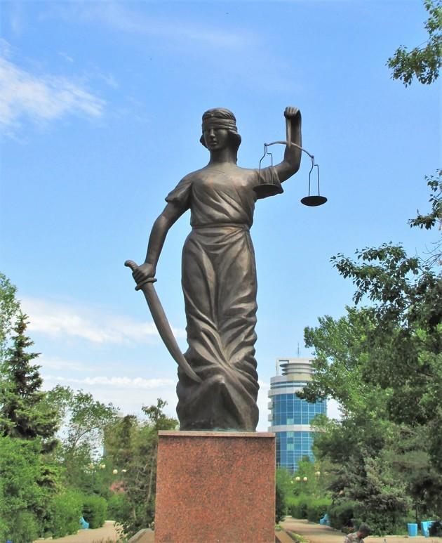 Статуя Фемиды возле Актюбинского областного суда, Казахстан