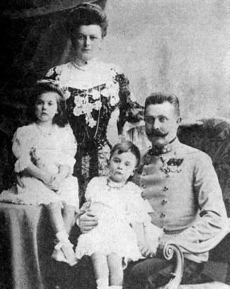 Черно-белая фотография австро-венгерского принца Франца Фердинанда с семьей