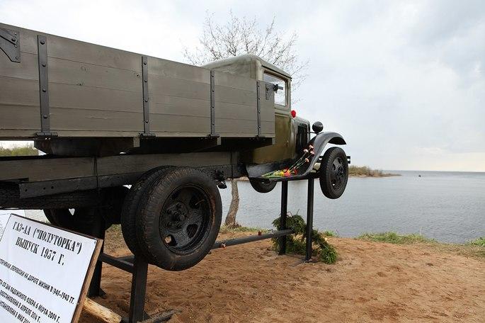 Бронзовая копия машины ГАЗ-АА 'Полуторка', которая перевозила продовольствие, топливо в осаждённый Ленинград и эвакуировала людей
