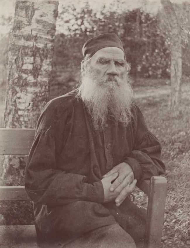 Фотография Лев Толстой сидящий на скамейке, портрет в три четверти, лицом вперёд.