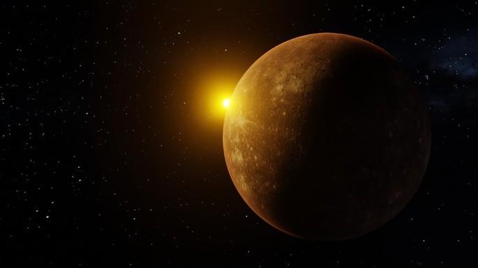 Планета Меркурий в космосе с маленьким Солнцем вдалеке