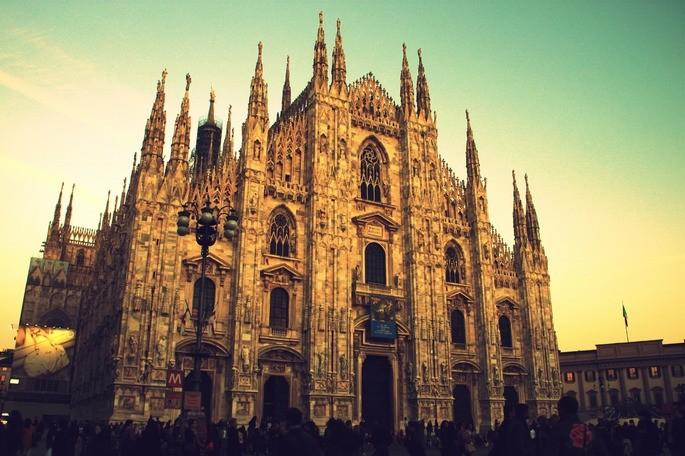 Миланский собор в Италии в предзакатном свете
