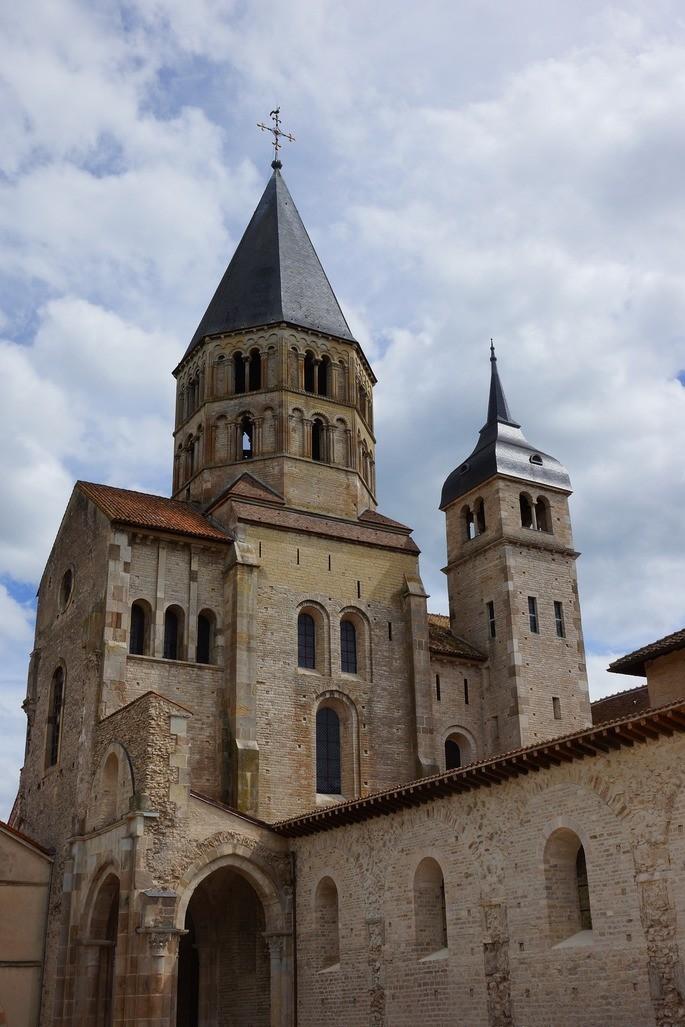 Монастырская церковь в Клюни, Бургундия, Франция на фоне голубого неба