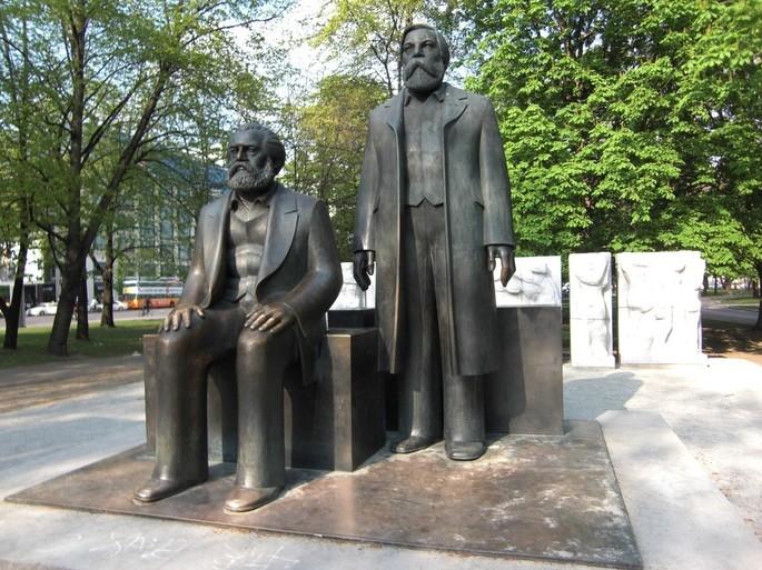 Статуя Маркса и Энгельса в Берлине