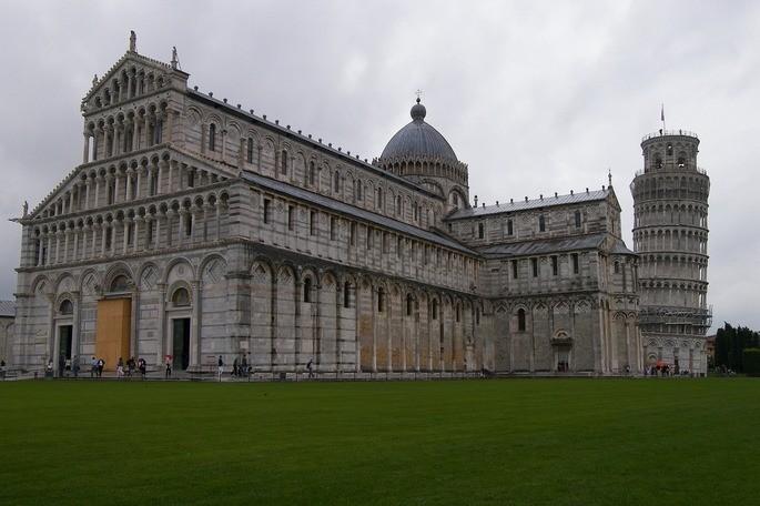 Пизанский собор в Пизе, Италия и зелёная лужайка перед ним в пасмурный день