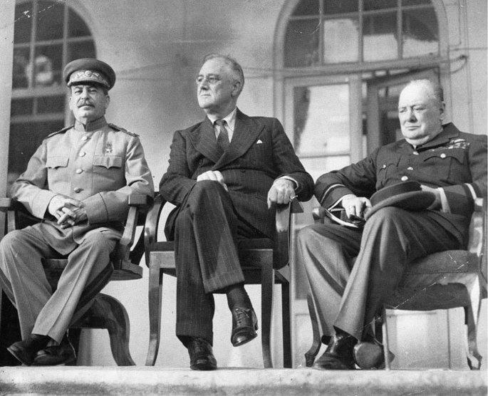 Черно-белая фотография Иосифа Сталина, Франклина Рузвельта и Уинстона Черчилля на Тегеранской конференции в 1943 году