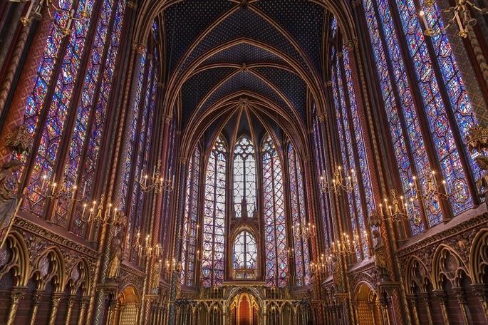 Разноцветные витражи Святой капеллы (Сент-Шапель) в Париже, Франция