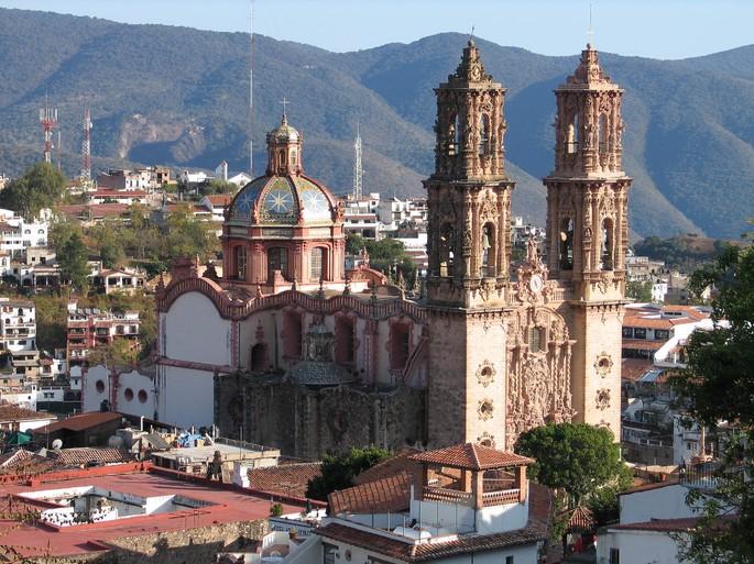 Католическая церковь Санта-Приска (св. Присциллы) в Мексике, мексиканский барокко, строительство в 1750-х годах, архитекторы: Диего Дюран, Каэтано Сигьюэнца
