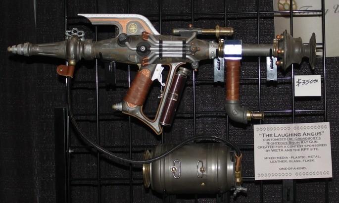 Лучевой стимпанк пистолет 'Смеющийся ангус' от создателя Тима Хэммелла, Калгари Экспо, 2013 год