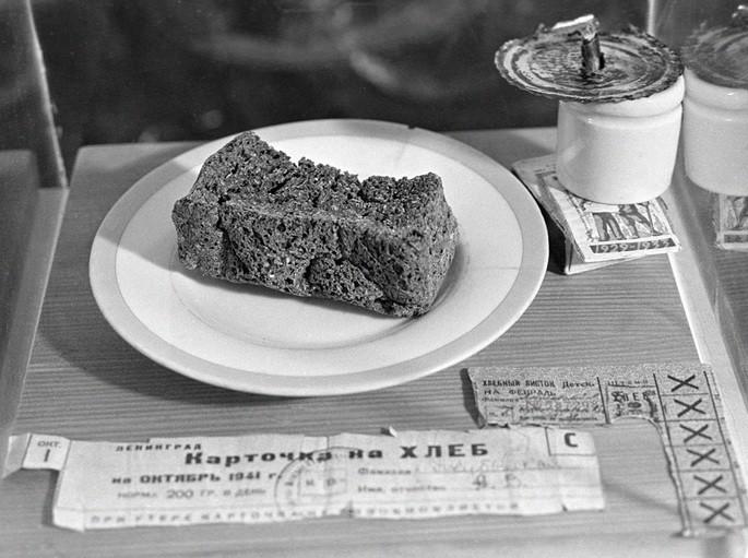 200 грамм блокадного хлеба и хлебные карточки времен Великой Отечественной войны в музее истории хлебопечения. Россия, Санкт-Петербург