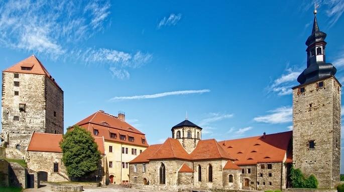 Замок Кверфурт в Германии на фоне голубого неба