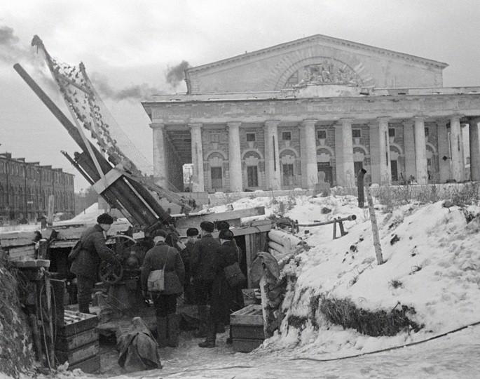 Зенитный расчет ведет огонь по противнику на улицах блокадного Ленинграда. СССР, Ленинград